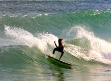 Praticare il surfing di estate   Immagini Stock Libere da Diritti