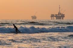 Praticare il surfing di Huntington Beach Fotografia Stock