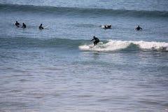 Praticare il surfing di inverno di Marocco fotografie stock libere da diritti