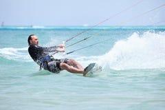 Praticare il surfing di Kiteboarder. Fotografia Stock