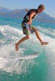 Praticare il surfing di risveglio Fotografie Stock Libere da Diritti