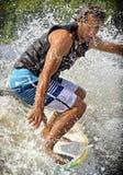 Praticare il surfing di risveglio Fotografia Stock