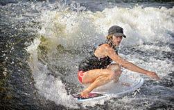 Praticare il surfing di risveglio Immagine Stock
