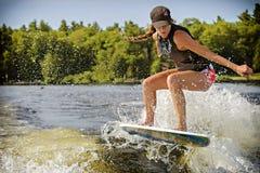 Praticare il surfing di risveglio fotografia stock libera da diritti