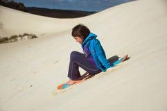 Praticare il surfing di Sandboard Fotografia Stock Libera da Diritti