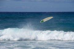 Praticare il surfing elimina Fotografia Stock