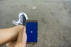 Praticare il surfing i media sociali Immagini Stock Libere da Diritti