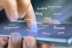 Praticare il surfing il web con lo smartphone Fotografia Stock Libera da Diritti