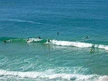 Praticare il surfing l'onda fotografia stock