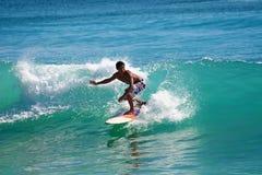 Praticare il surfing le onde Immagini Stock