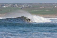 Praticare il surfing le onde fotografia stock