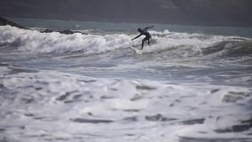 Praticare il surfing le onde Cornovaglia, il Regno Unito video d archivio