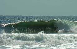 Praticare il surfing le onde di Playa Negra Fotografie Stock Libere da Diritti