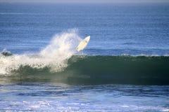 Praticare il surfing leggero di mattina della spiaggia di Bali Canggu Immagine Stock Libera da Diritti