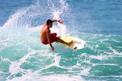 Praticare il surfing lunatico del Sean del surfista professionista in Hawai Immagine Stock