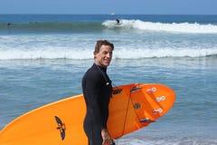 Praticare il surfing misura soggiorni maturi del maschio Fotografia Stock