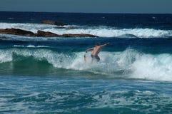 Praticare il surfing pericoloso Immagini Stock Libere da Diritti