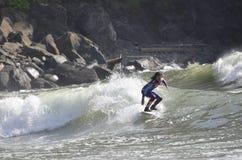 Praticare il surfing il Rez, vestito in stelle e strisce fotografia stock
