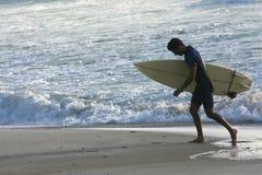 Praticare il surfing sardo Immagini Stock