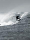 Praticare il surfing un grande barilotto Immagine Stock