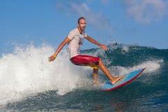 Praticare il surfing un'onda Fotografia Stock Libera da Diritti
