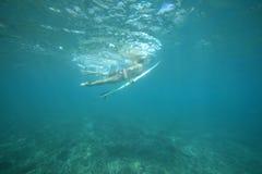 Praticare il surfing un'onda Fotografie Stock Libere da Diritti