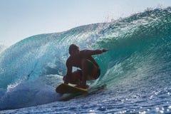 Praticare il surfing un'onda fotografia stock