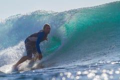 Praticare il surfing un'onda Immagine Stock Libera da Diritti