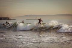 Praticare il surfing un'onda in California Fotografie Stock Libere da Diritti
