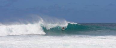 Praticare il surfing una grande onda Immagine Stock Libera da Diritti