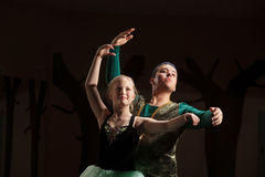 Pratiche dell'allievo di ballo con l'insegnante Fotografie Stock Libere da Diritti