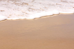 Pratichi il surfing il lavaggio in su sulla spiaggia Immagini Stock Libere da Diritti
