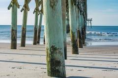Pratichi il surfing il pilastro della città alla spiaggia in Nord Carolina Fotografia Stock Libera da Diritti