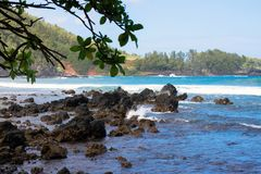 Pratichi il surfing la linea costiera del poundsthe della baia di Hana sull'isola di Maui in Hawai Fotografia Stock Libera da Diritti