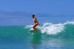 Pratichi il surfing la ragazza, Brooke Rudow che pratica il surfing l'Hawai Fotografie Stock