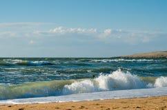 Pratichi il surfing le onde e la spiaggia Fotografia Stock Libera da Diritti