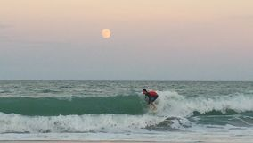 Pratichi il surfing le sorgere della luna Fotografia Stock Libera da Diritti