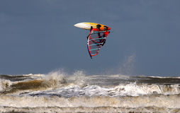 Pratichi il surfing Salto Immagini Stock