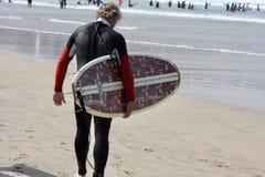 Pratichiamo il surfing fotografie stock