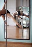 Pratique de quelques mouvements de danse de poteau Image stock