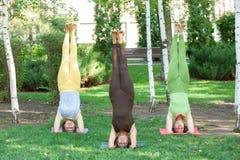 Pratique du yoga à l'extérieur photographie stock