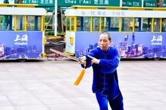 Pratique en matière chinoise Tai Chi d'homme dans la route Changhaï Chine de Nanjing Photographie stock libre de droits