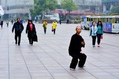 Pratique en matière chinoise Tai Chi d'homme dans la route Changhaï Chine de Nanjing Photo libre de droits