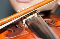 Pratique en matière d'étudiants jouant le violon Images libres de droits