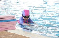 Pratique en matière d'enfant nageant photos stock