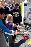 Pratique en matière d'enfants utilisant les bras prosthétiques à la foire scientifique d'Atlanta photos libres de droits