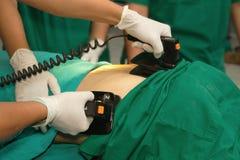 Pratique en matière de défibrillateur sur un CPR Photographie stock libre de droits
