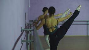 Pratique en matière de deux amis de danseurs dans le studio clips vidéos