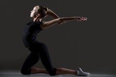 Pratique en matière de fille de gymnaste images stock