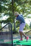 Pratique en matière de golf au champ d'exercice photo libre de droits